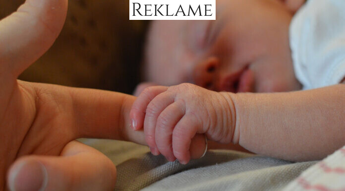Nyfødt babyhånd